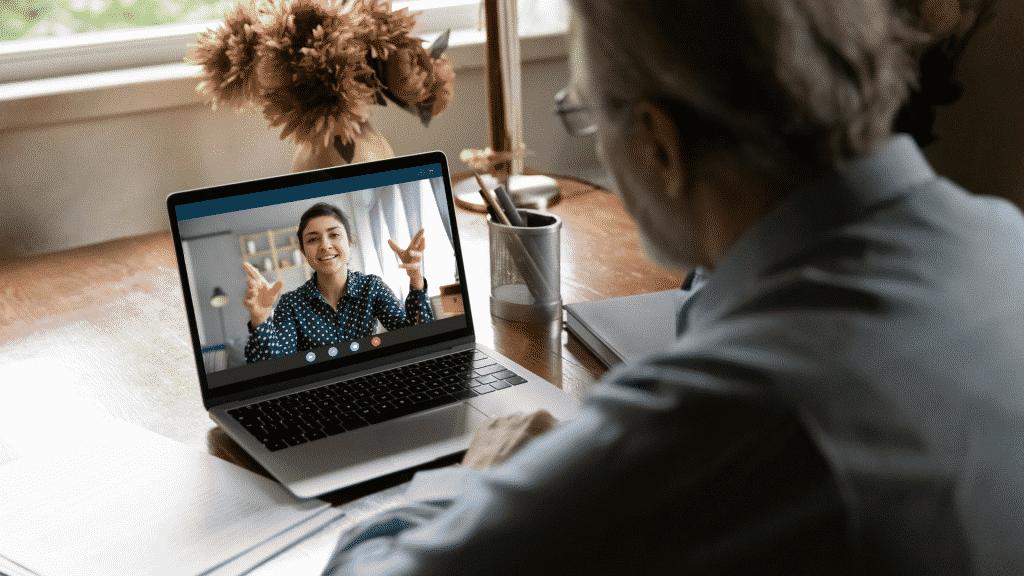 Pai e filha conversando por vídeochamada no computador