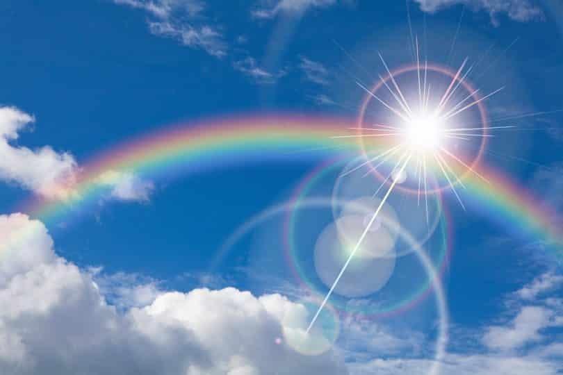 Arco-íris em céu azul.