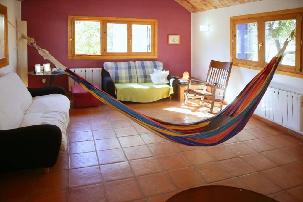 Bela sala de estar com rede mexicana pendurada colorida na Espanha