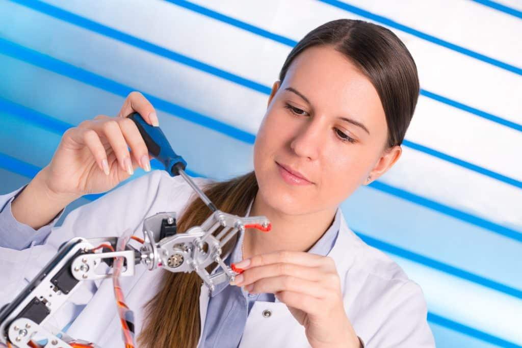 mulher cientista desenvolvendo software