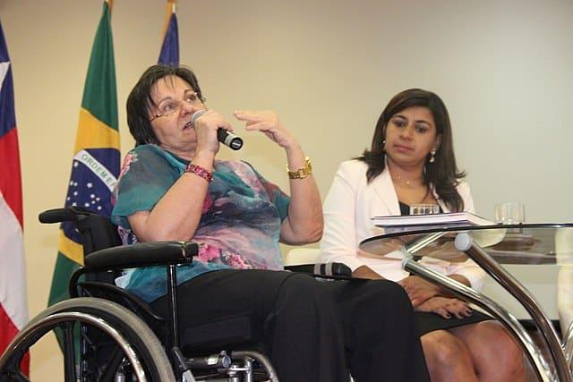 Maria da Penha falando no microfone