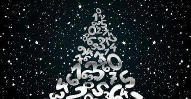 Pirâmide de números em fundo estrelado. Conceito de numerologia.