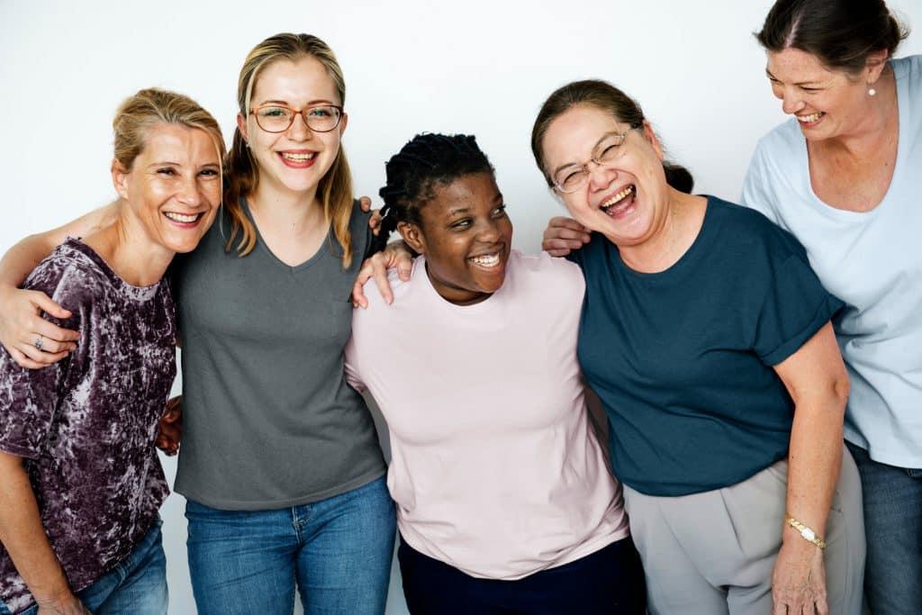 Grupo de mulheres sorrindo