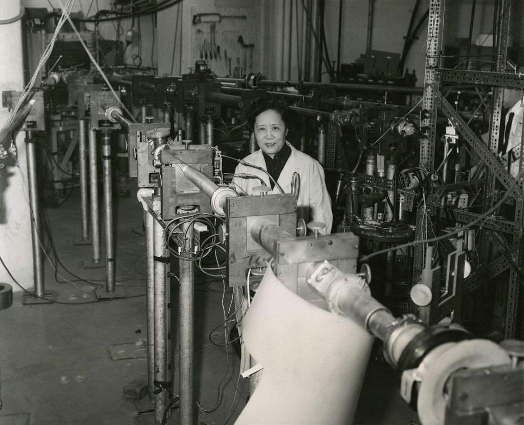 Chien Shiung Wu em uma fábrica