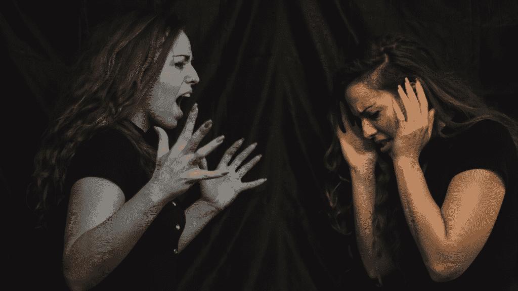 Mulher desesperada, em confronto com seu próprio ego na sua frente