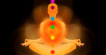 Silhueta de uma pessoa meditando com os sete chakras marcados no corpo, em evidência
