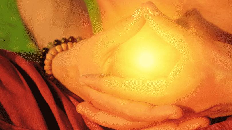 Pessoa meditando. O chakra do plexo solar está em evidência