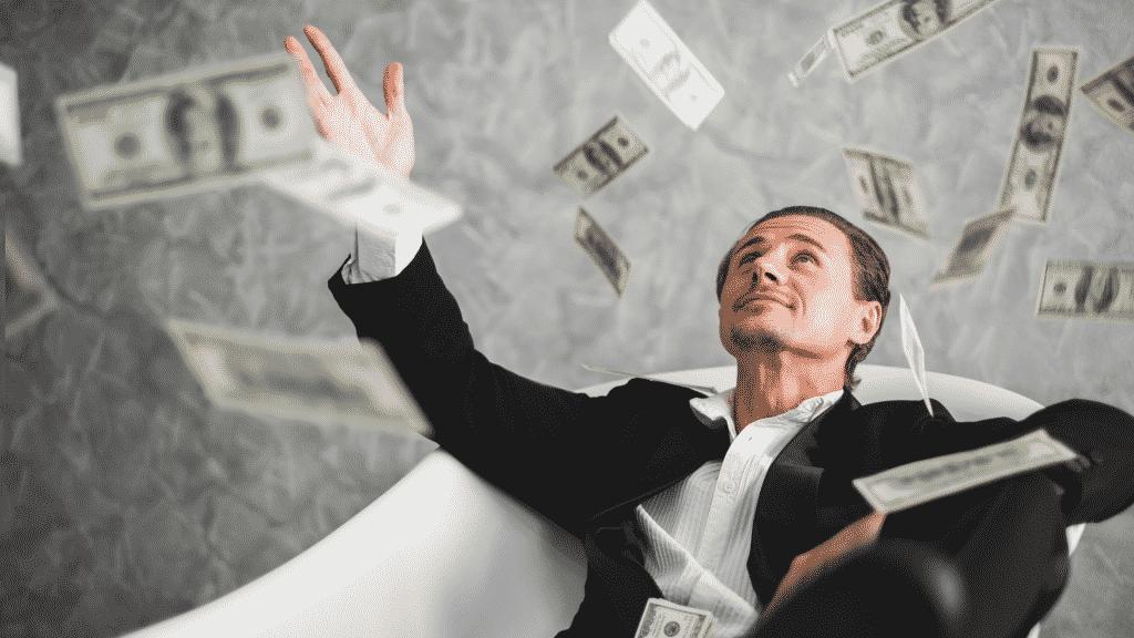Homem rico jogando dinheiro para cima