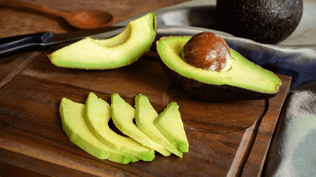 Imagem de abacate cortado em pedaços