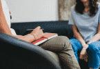 Mulher sentada em um sofá, conversando com terapeuta