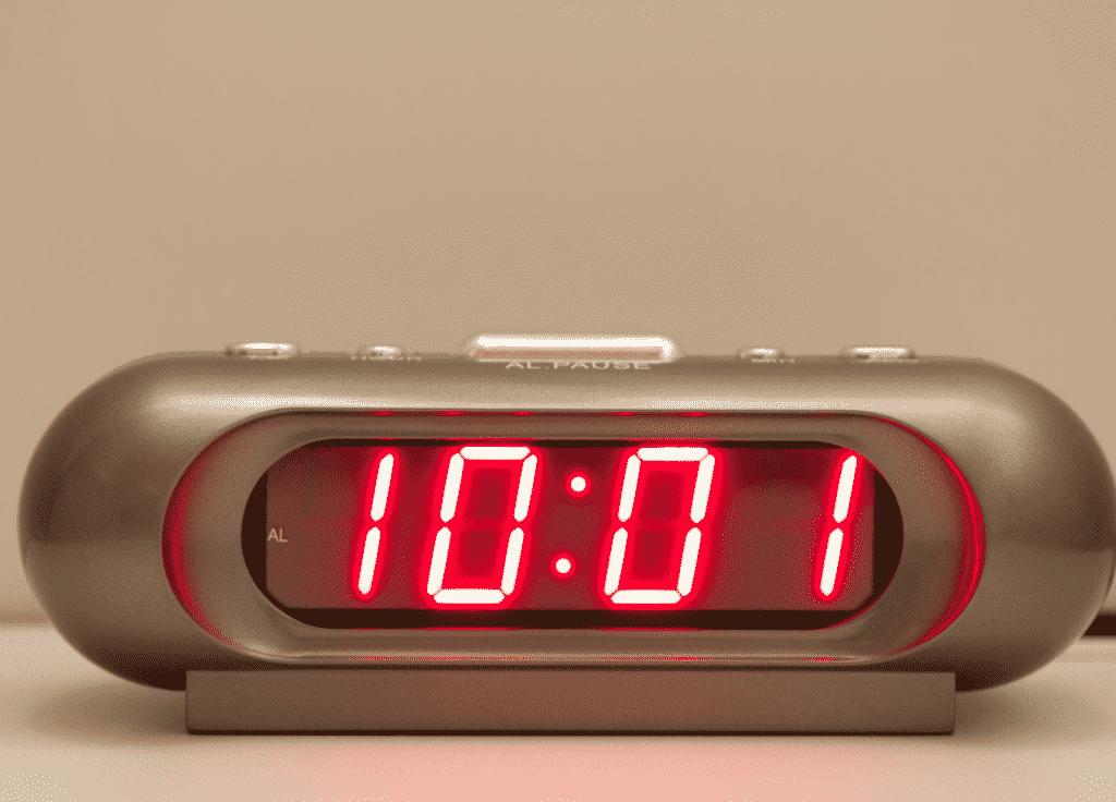 Relógio digital com o horário 10:01.