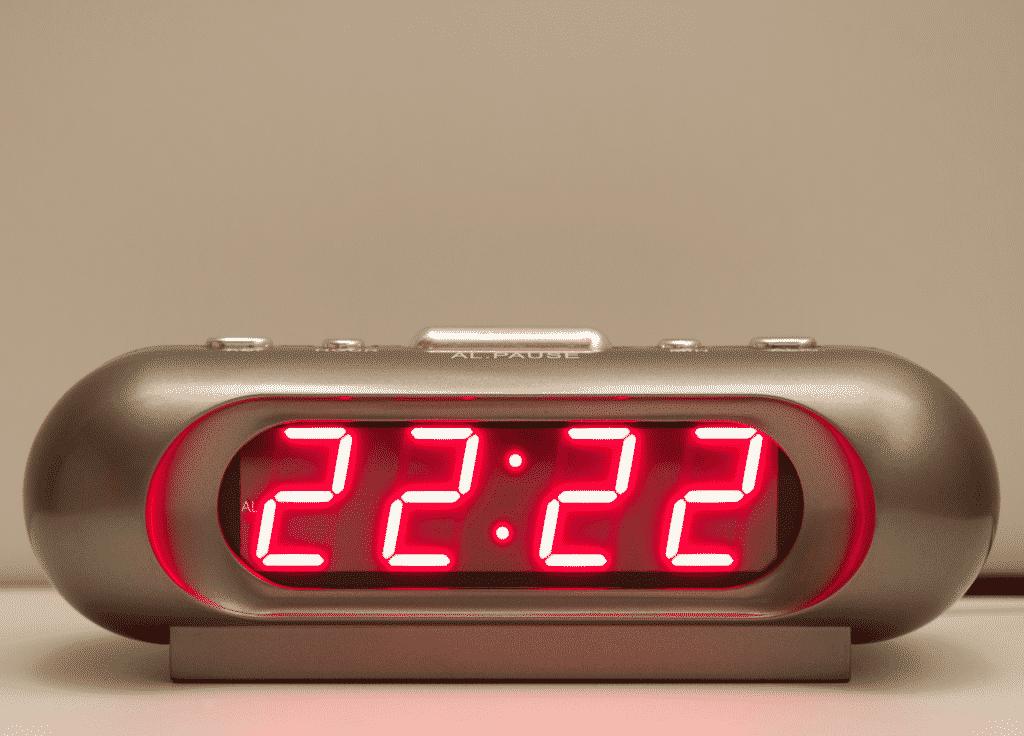 Relógio digital com o horário 22:22.