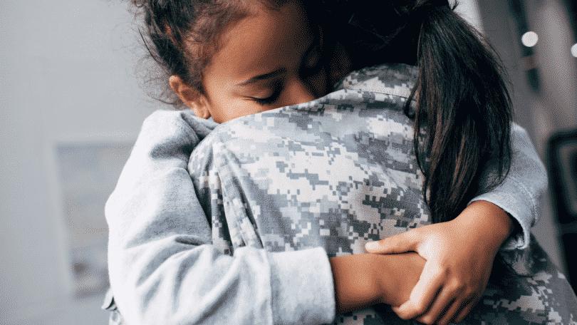 Duas mulheres dando um abraço