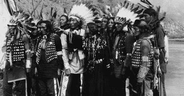 Fotografia em preto e branco de povos indígenas