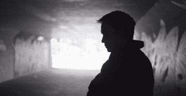 Homem em um beco escuro