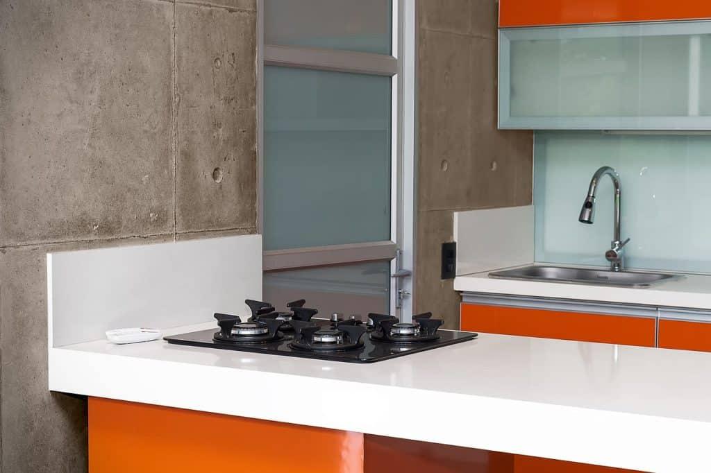 Cozinha com armários laranjas