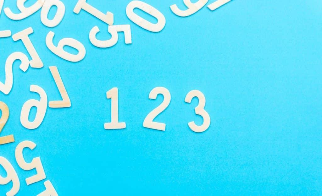 Números brancos sobre fundo azul.