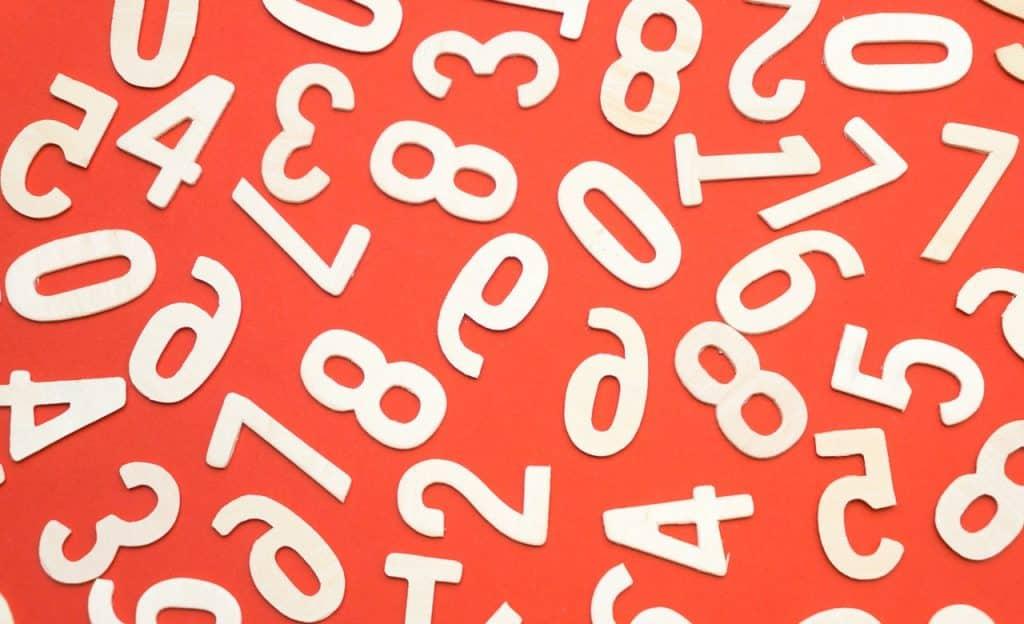 Números brancos sobre cenário laranja.