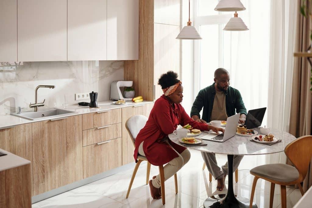 Um casa tomando café da manhã juntos.