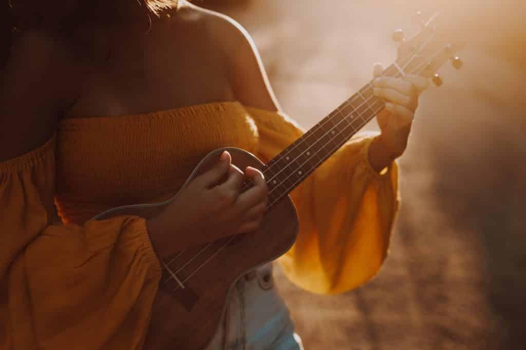 Mulher tocando cavaquinho.