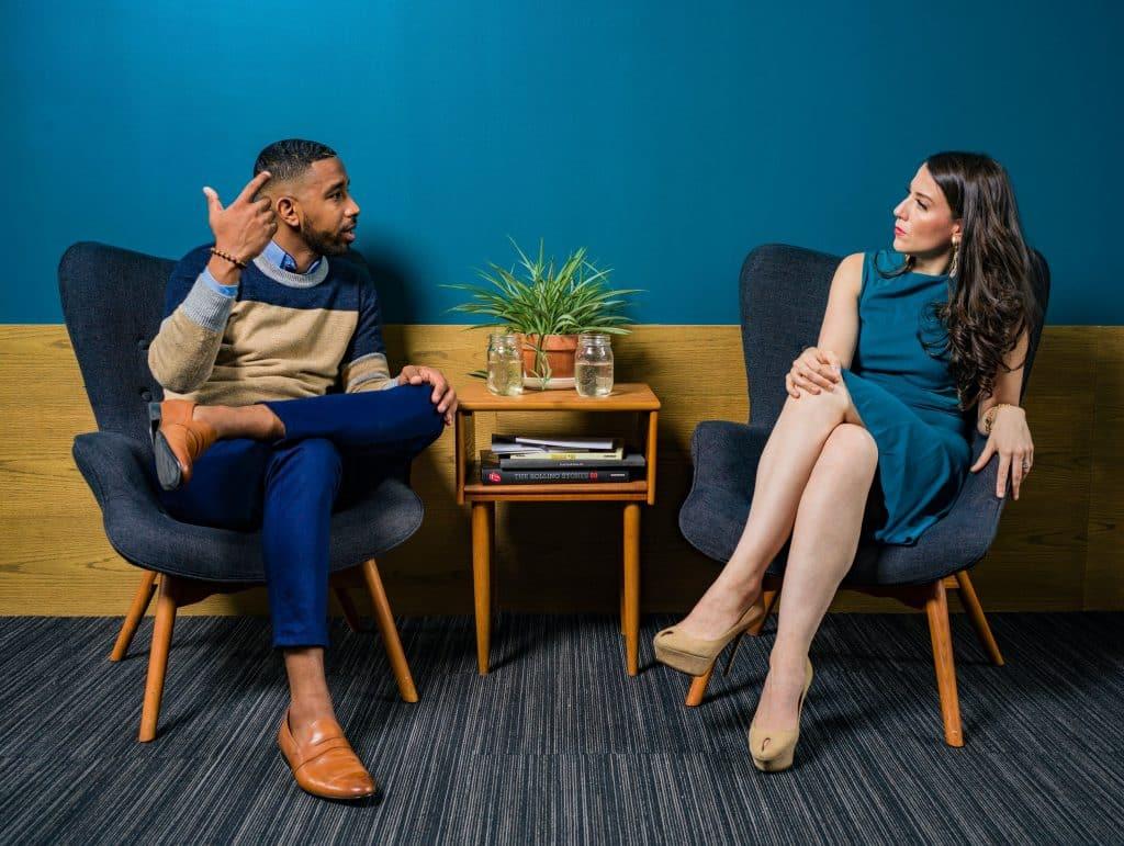 Homem e mulher sentados conversando