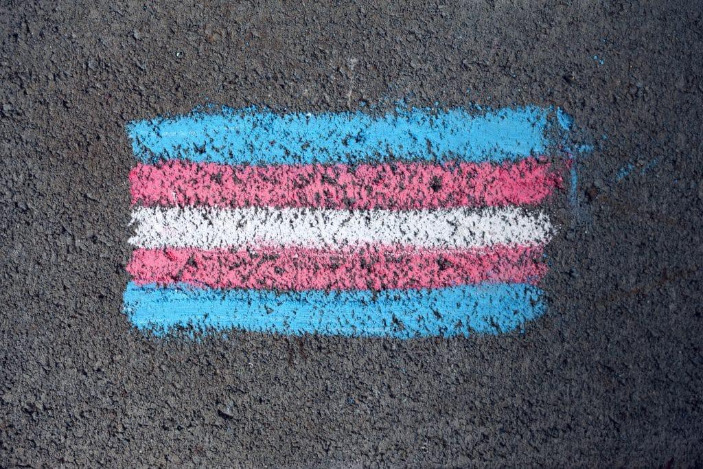 Bandeira Trans desenhada no asfalto com giz