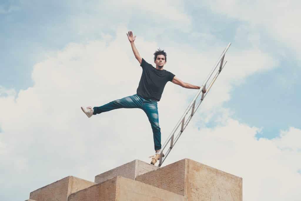 Homem se equilibrando em uma escada