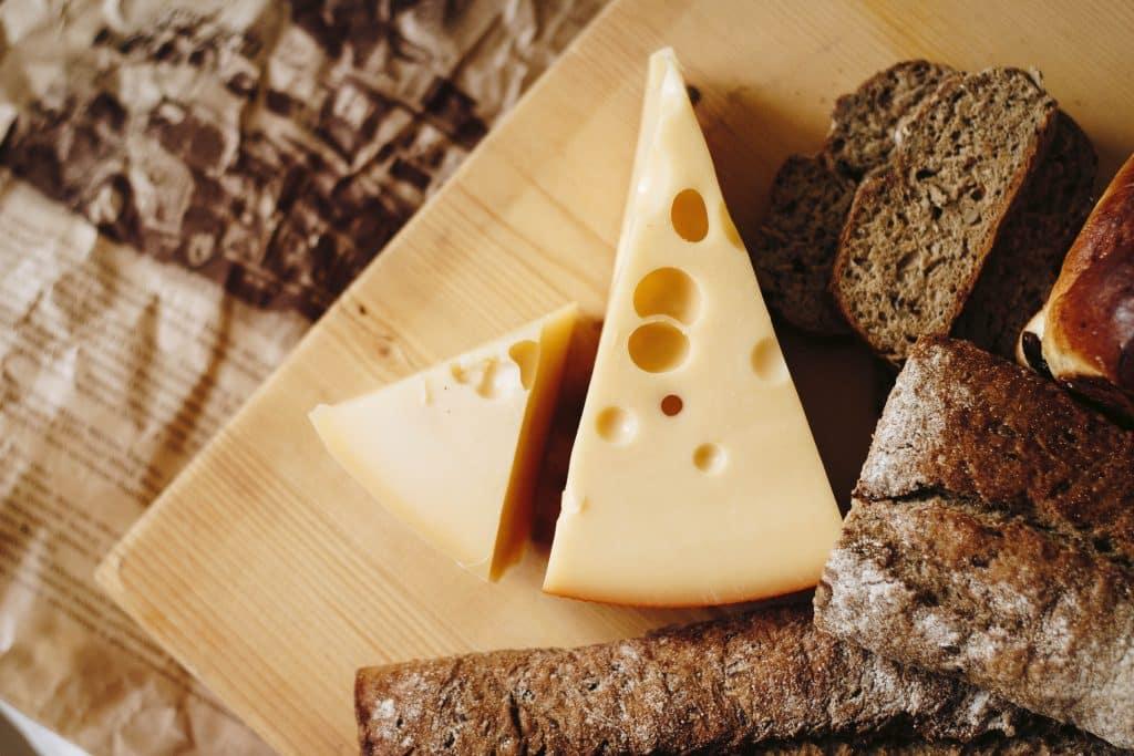 Tábua com queijo e pães