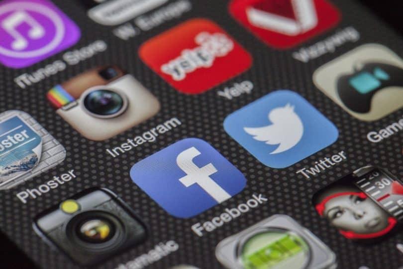 Imagem próxima da tela de um celular apresentando várias redes sociais
