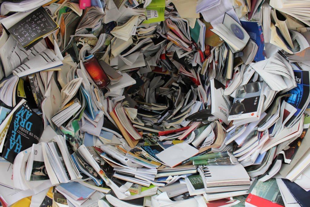 Vários livros espalhados