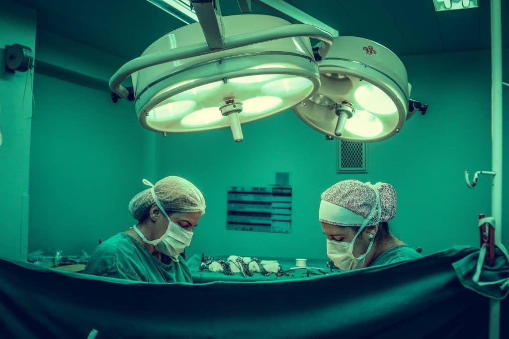 Sala de cirurgia com duas enfermeiras