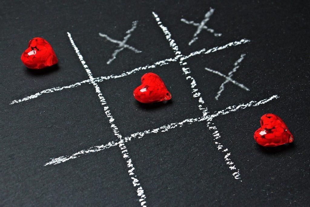 Jogo da velha feito com corações