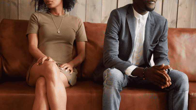 Casal sentado no sofá