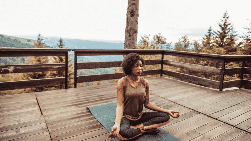 mulher meditando no terraço