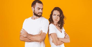 Casal brigado de costas um para o outro