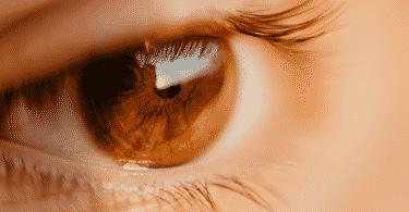 Foto de olho castanho claro olhando para frente