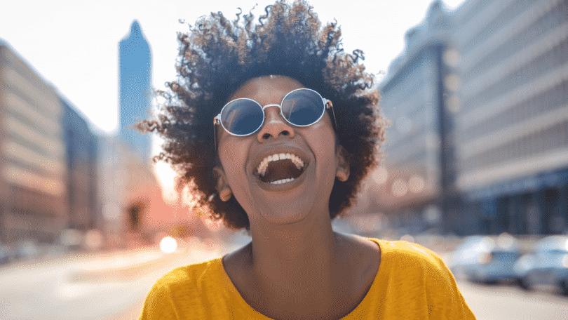 Mulher sorrindo de óculos escuros