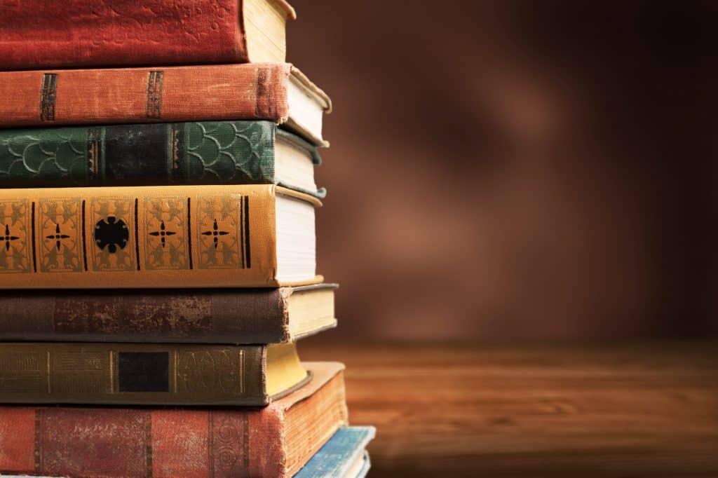 Coleção de livros antigos empilhados