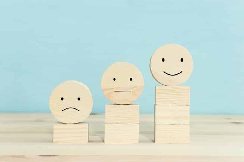 Blocos de madeira com diferentes expressões.