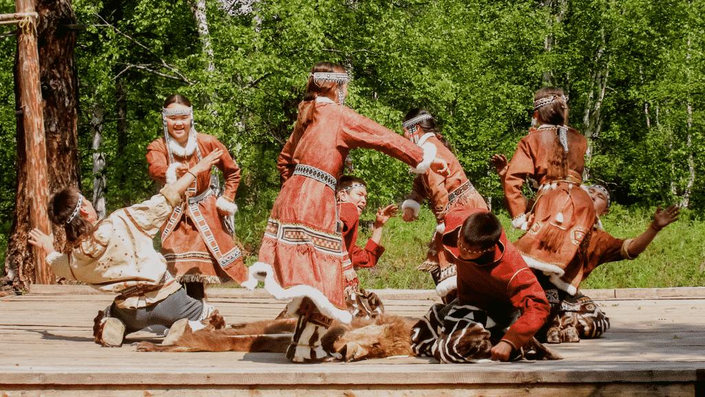 Povo indígena em roda de dança típica