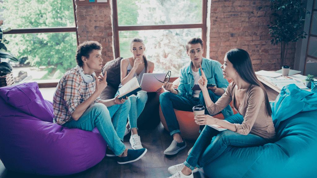 Grupo de amigos discutindo na sala