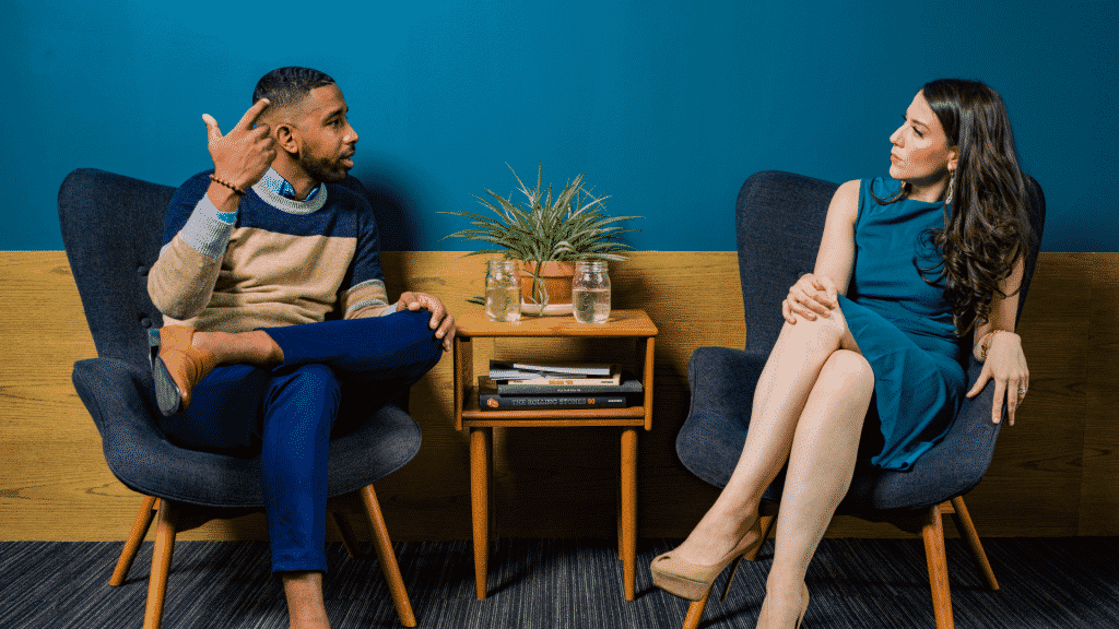 Casal sentados em meio uma discussão