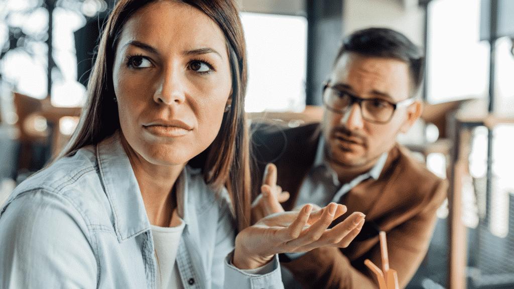 Mulher ignorando um homem olhando para o lado com mau humor