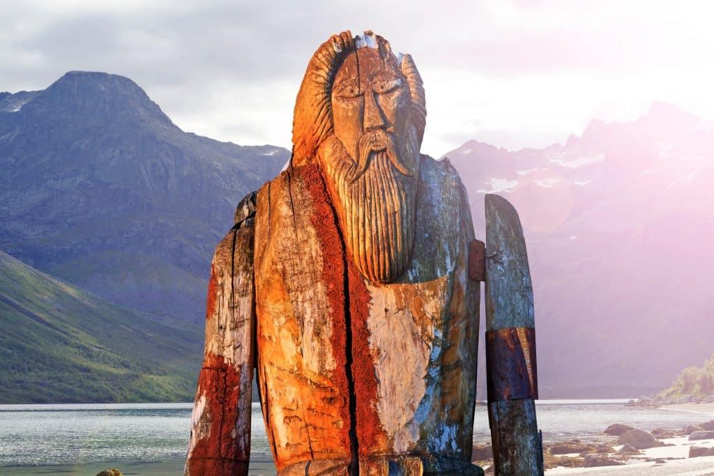 Monumento de Odin isolado na costa do fiorde.