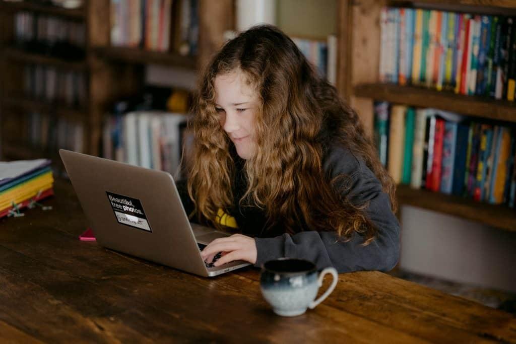 Menina estudando em um notebook.