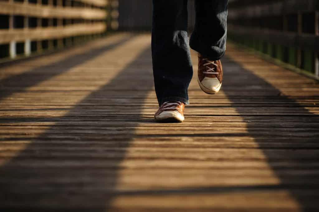 Pés de pessoa andando.