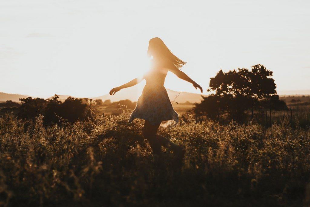 Mulher livre em um campo
