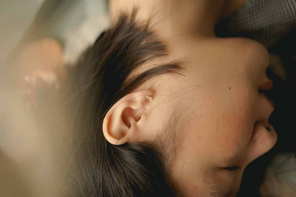 Mulher asiática deitada.