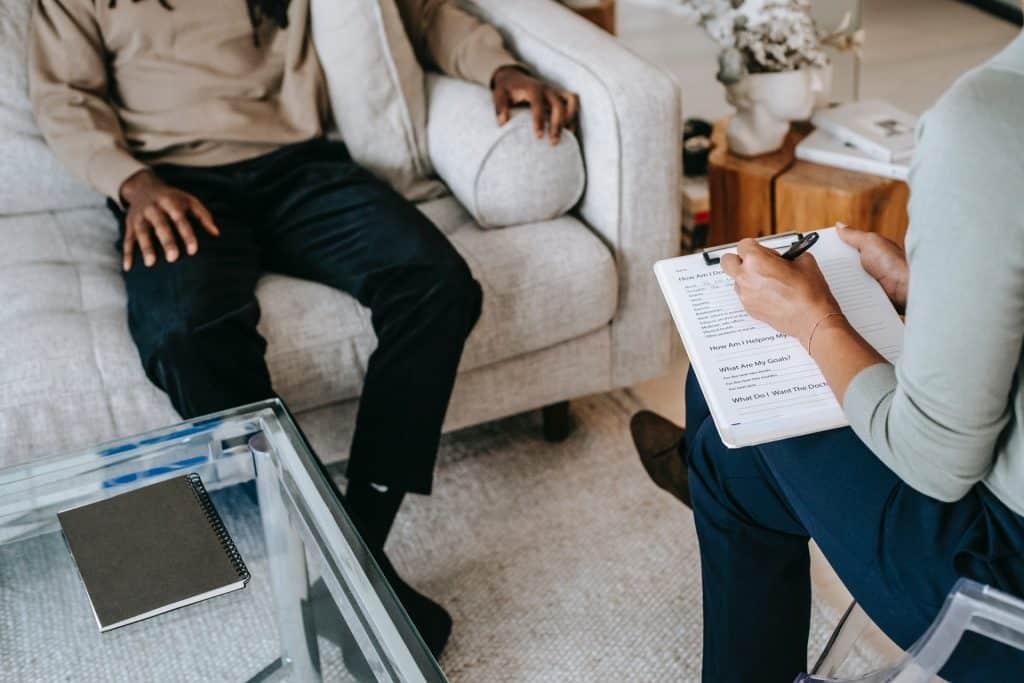 Homem negro numa sessão de psiquiatria.