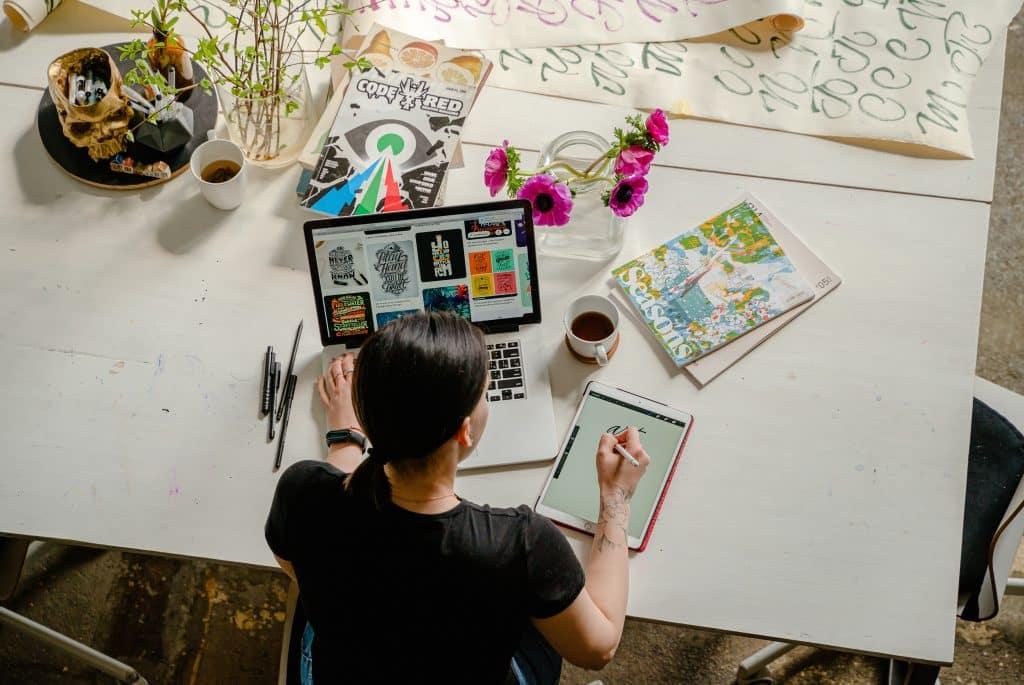 Mulher trabalhando em um escritório